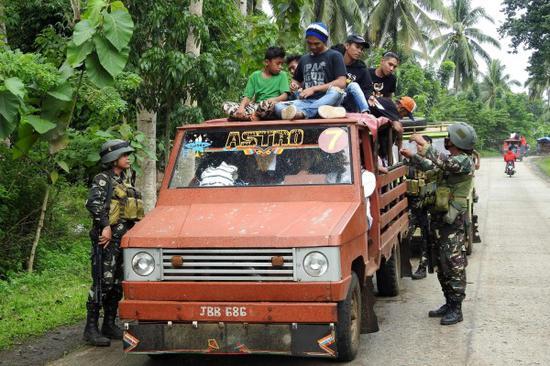 图为菲律宾军方停止盘查