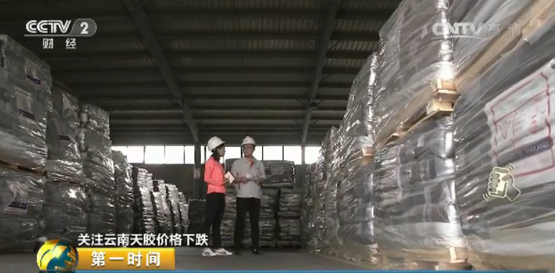 青岛怡坤物流有限公司业务总监 江伟:库存将近两万吨吧,也是抵达了近两年我们又一个库存高峰。据贸易商介绍,年初以来的这一轮橡胶价格下跌让业内多数人都有些始料不迭。此前,天胶价格间断几年低迷,去年10月开端呈现上升势头,而今年1月,泰国发作重大洪灾,由于我国天然橡胶80%以上依赖进口,泰国又是我国最大的橡胶进口国,受减产预期影响,天胶价格开端加速上涨,一度抵达每吨两万两千多元,国内的贸易商们正是在这样的背景下纷纷加大进口。但意外的是,最后泰国橡胶实际减产约为15-20万吨,仅为估计的一半还不到,加上泰国方面持续抛售贮藏橡胶,市场价格简直是闻声下跌。